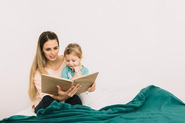 Mãe, livro leitura, para, filha, cama