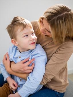 Mãe loira close-up, segurando seu filho