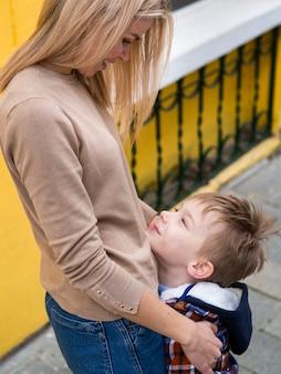 Mãe loira segurando o filho dela