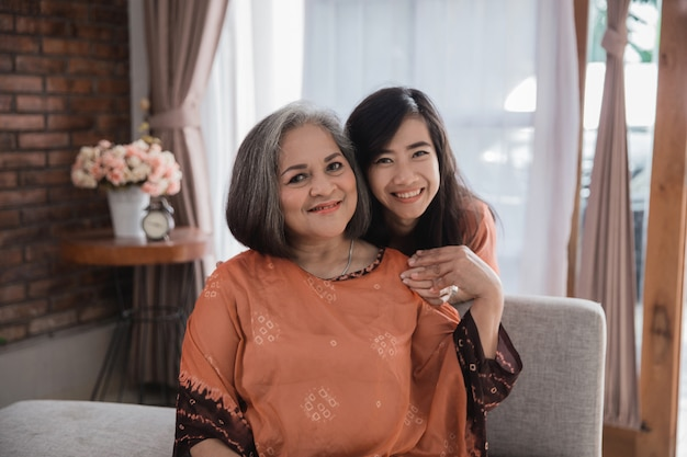 Mãe madura e sua filha adulta sorrindo