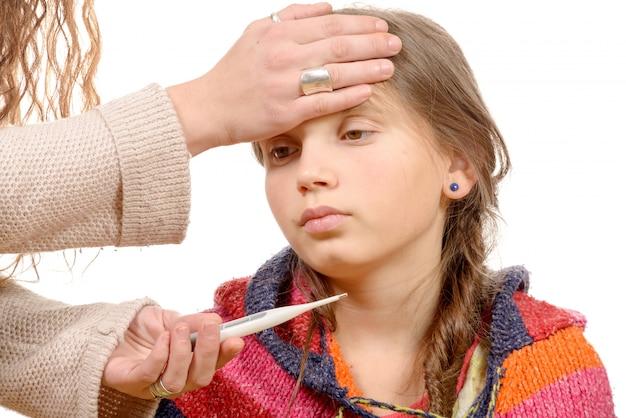 Mãe, medindo a febre de seu filho doente.