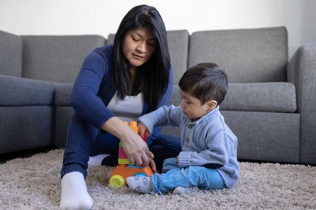 Mãe mexicana e filha brincando em casa no dia das mães
