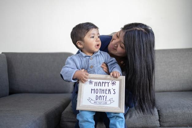 Mãe mexicana e filho no dia das mães