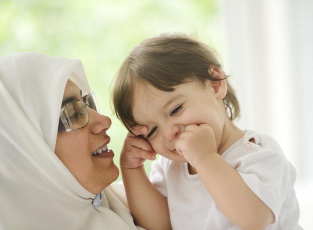 Mãe muçulmana árabe com bebê