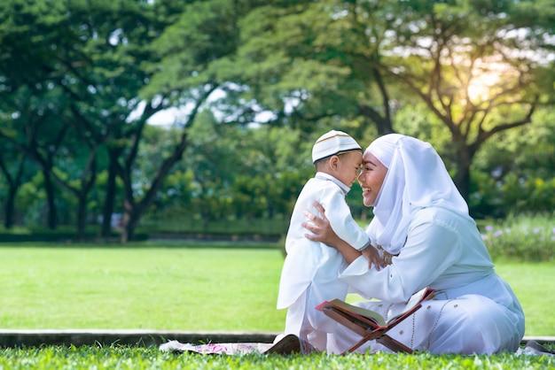 Mãe muçulmana asiática e seu filho aproveitando o tempo de qualidade no parque, mãe muçulmana e filho conceito