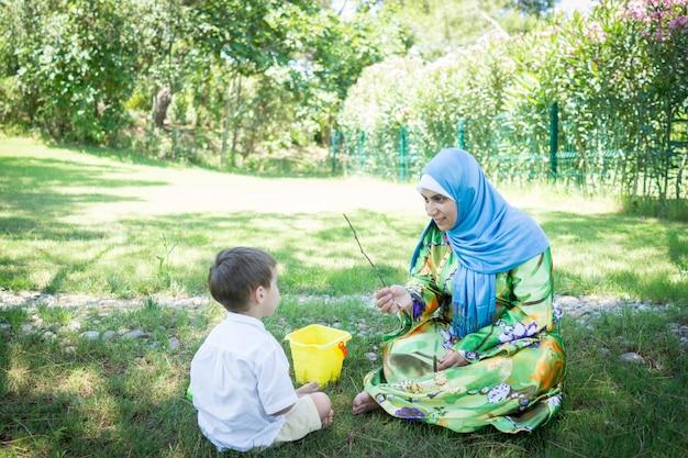 Mãe muçulmana feliz com filho pequeno