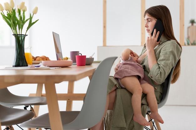 Mãe no telefone sentado