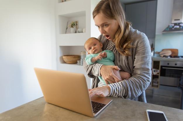 Mãe nova interessada que guarda o bebê