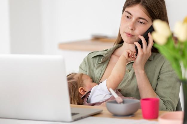 Mãe ocupada com criança
