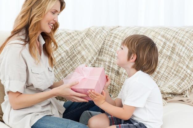 Mãe oferecendo presente ao filho