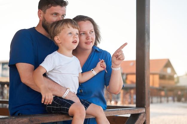 Mãe, pai, criança, passar um tempo juntos, férias em família pai, mãe, mãe caminhando com o filho, curtindo o mar