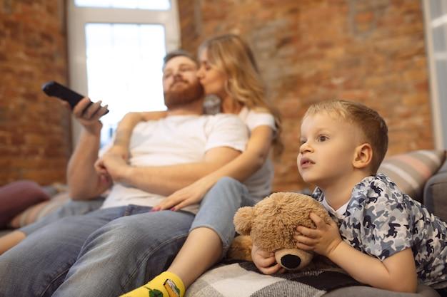 Mãe pai e filho em casa