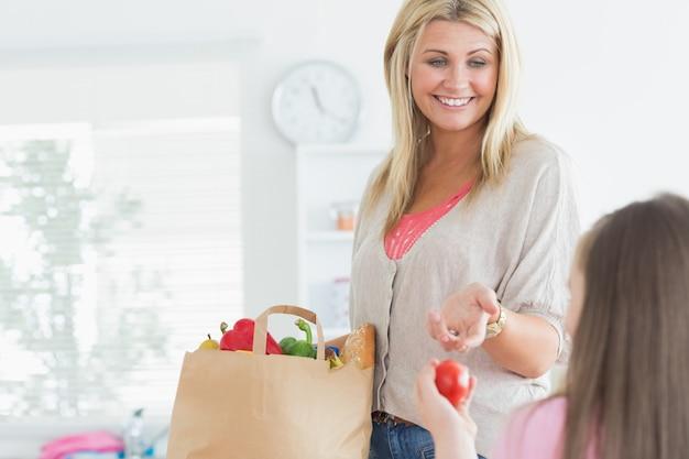 Mãe, passagem, tomate, para, criança, de, sacola mantimento