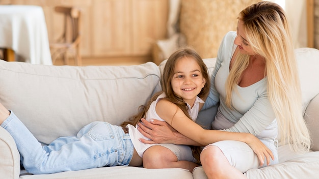 Mãe passando tempo com a filha em casa