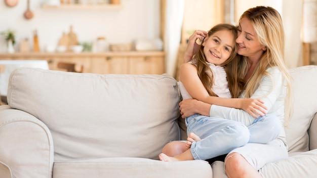 Mãe passando tempo com filha maravilhosa em casa