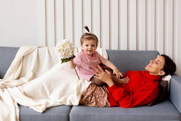 Mãe passando um tempo com a filha