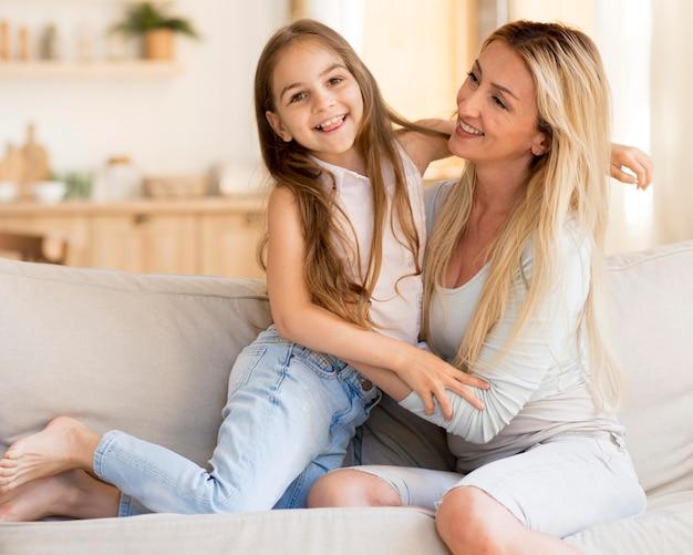 Mãe passando um tempo com filha adorável em casa