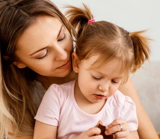 Mãe passando um tempo junto com a filha em casa