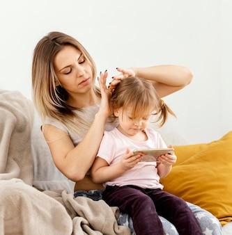 Mãe passando um tempo junto com a filha