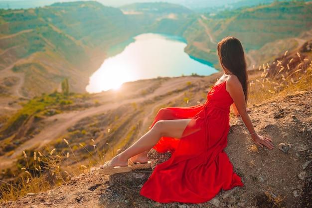 Mãe perto do lago na hora do dia.