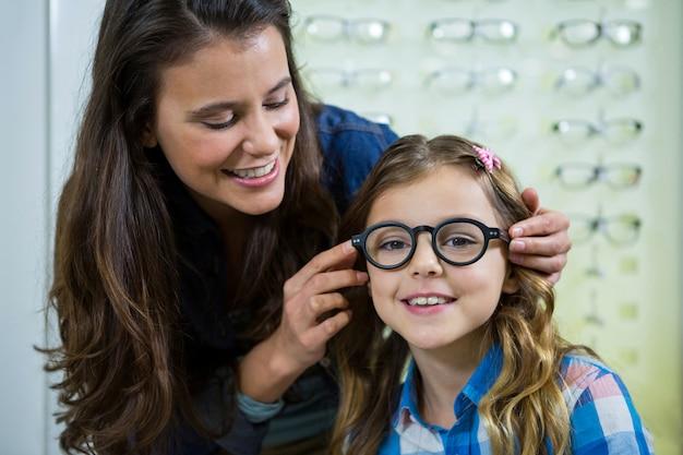 Mãe prescrever óculos para a filha