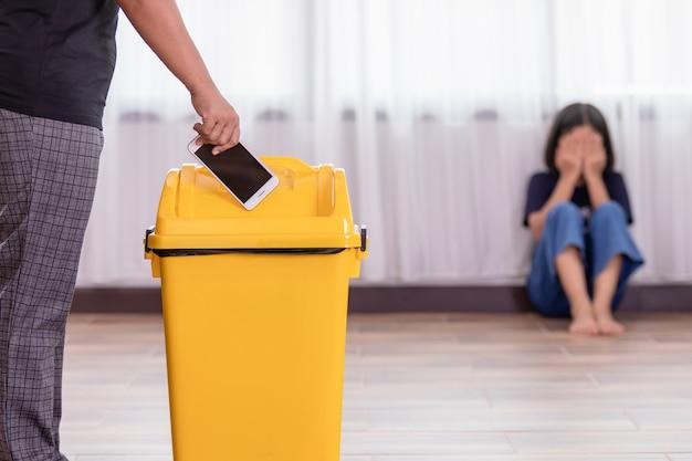 Mãe, punindo, dela, filha, com, jogar, smartphone, em, amarela, lixo