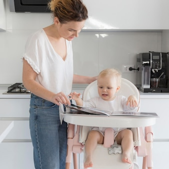 Mãe que alimenta o bebê adorável