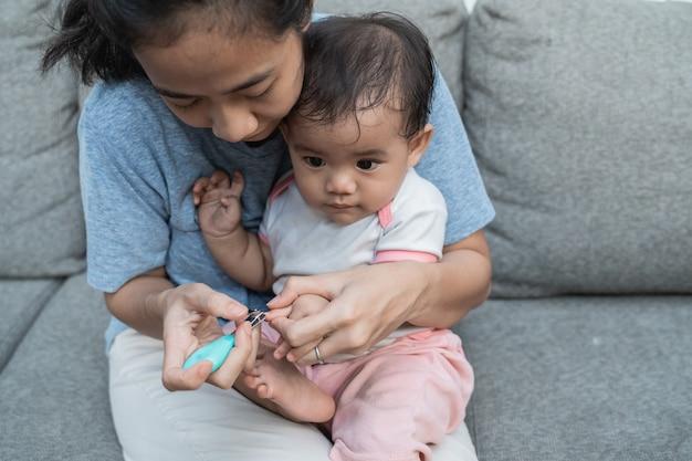 Mãe que cuida das unhas do filho para ficarem limpas e saudáveis