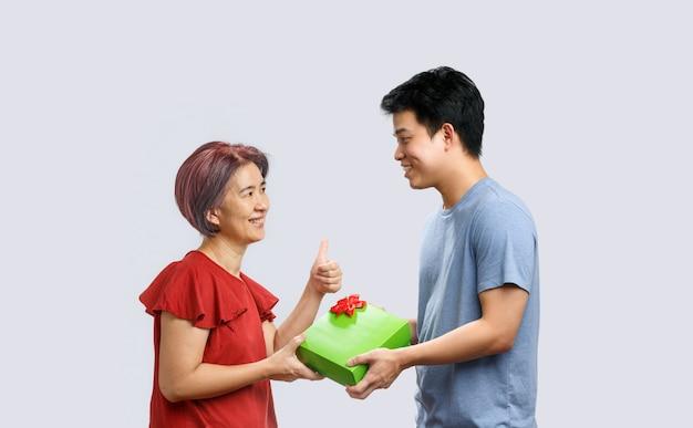 Mãe, recebendo um presente do filho