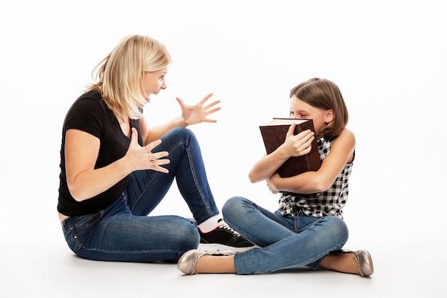 Mãe repreende a filha de um adolescente. conflito de gerações.