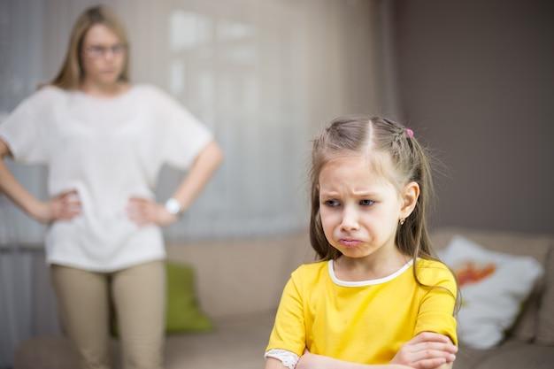 Mãe repreende a filha