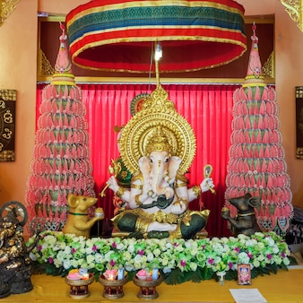 Mae sai, tailândia - 4 de novembro de 2014: wat phra that wai dao temple interior.