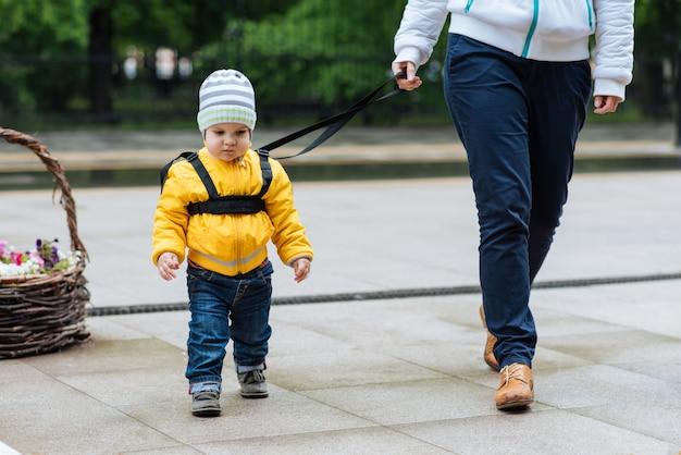 Mãe segura seu filho durante uma caminhada