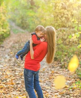 Mãe, segurando, apertado, adorável, menino bebê