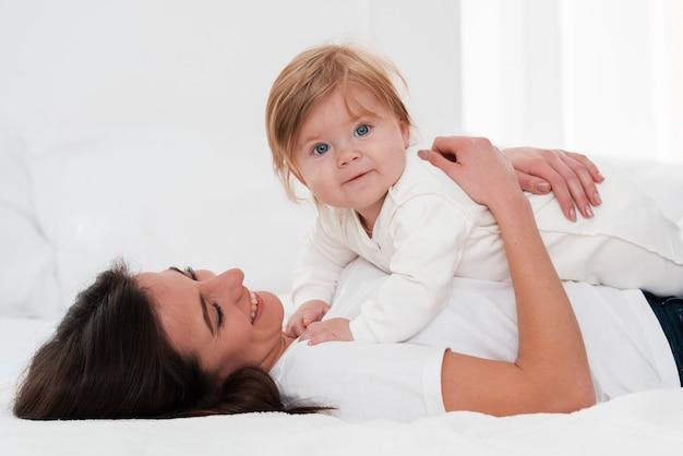 Mãe segurando bebê lindo