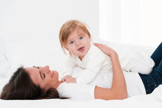 Mãe segurando bebê sorridente