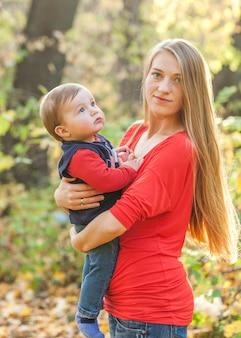 Mãe, segurando, cute, menino bebê