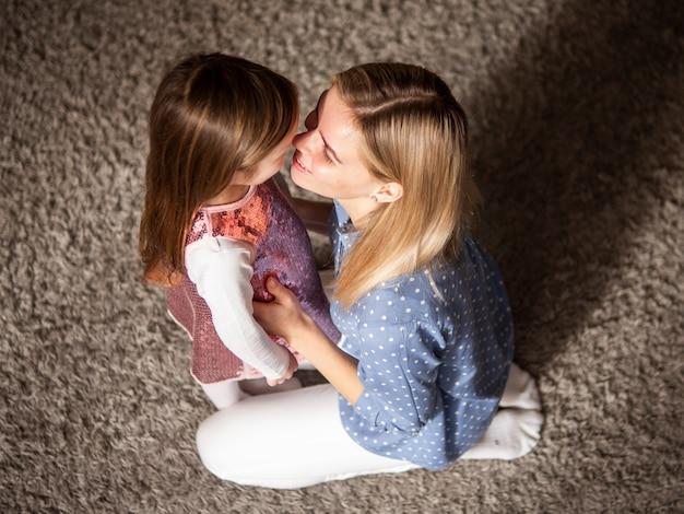 Mãe, segurando no amor com sua filha