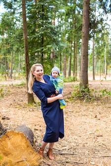Mãe segurando seu bebê com alegria