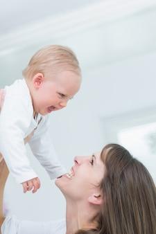 Mãe segurando seu filho enquanto sorria