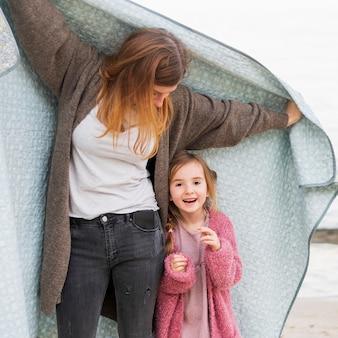 Mãe sendo brincalhão com a filha