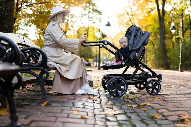 Mãe sentada e balançando o bebê no carrinho
