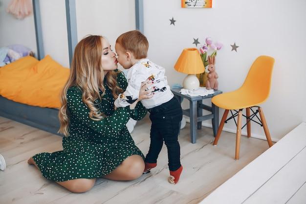 Mãe, sentando, lar, pequeno, filho
