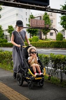 Mãe solteira dando um passeio com a filha