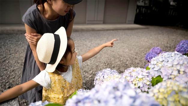 Mãe solteira passando um tempo ao ar livre com a filha