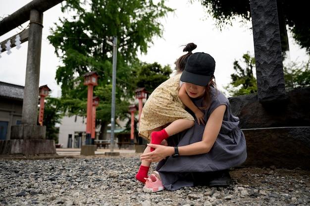 Mãe solteira passando um tempo ao ar livre com o filho