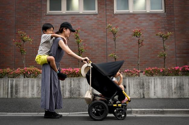 Mãe solteira passando um tempo ao ar livre com os filhos