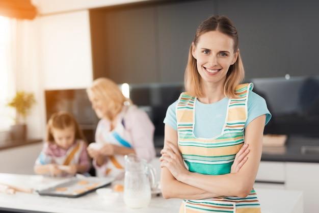 Mãe sorridente. queques de cozimento caseiros femininos.