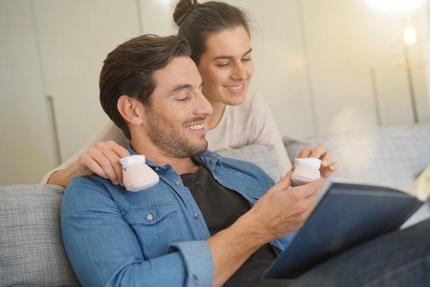 Mãe surpreender o marido com uma notícia feliz