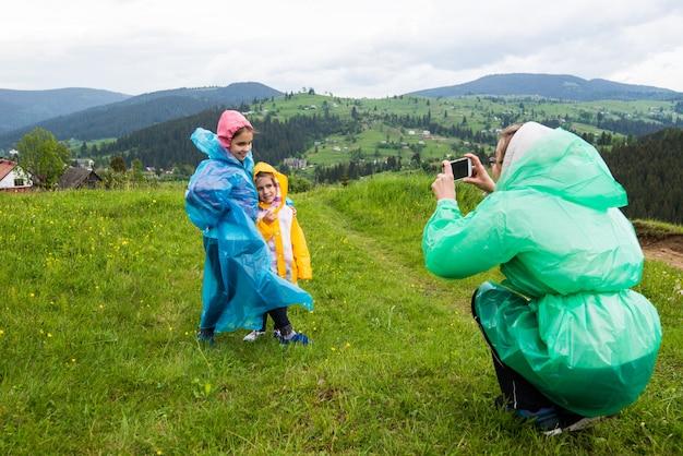 Mãe tira fotos de seus dois filhos bonitos